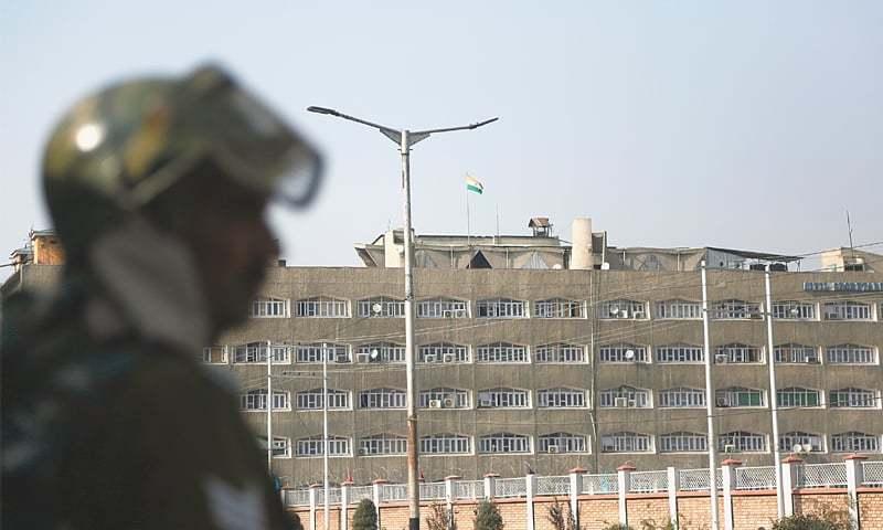صورتحال کے پیشِ نظر بھارتی فوج اور پولیس کے ہزاروں کی تعداد میں اہلکار وادی کی سڑکوں پر گشت کرتے رہے —تصویر: اے پی