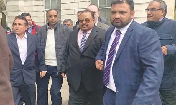 بانی ایم کیو ایم الطاف حسین لندن سینٹرل کرمنل کورٹ سے ویڈیو لنک کے ذریعے جج کے سامنے پیش ہوئے—فوٹو:عاتکہ رحمان