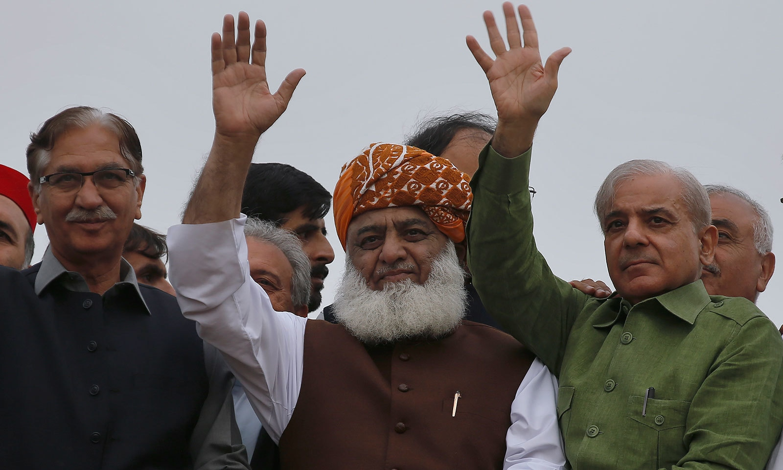 آزادی مارچ میں پاکستان مسلم لیگ (ن) کے صدر شہباز شریف نے بھی شرکت کی—فوٹو:اے پی