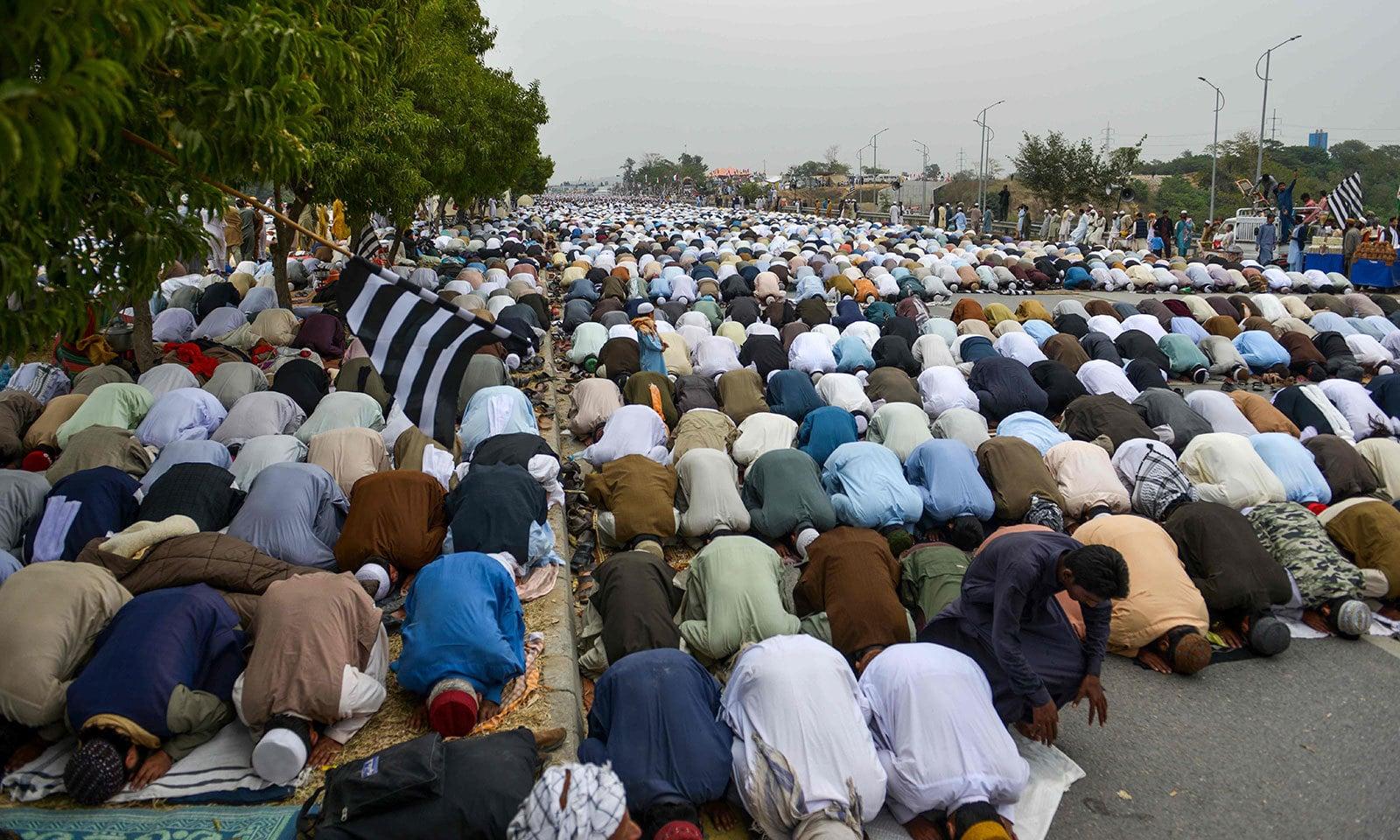 دھرنے کے شرکا نے مولانا عبدالغفور حیدری کی امامت میں نماز جمعہ ادا کی—فوٹو:اے ایف پی