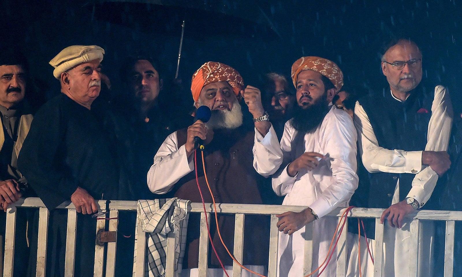 مولانا فضل الرحمٰن نے حکومت کو دو دن کی مہلت دی—فوٹو:اے ایف پی