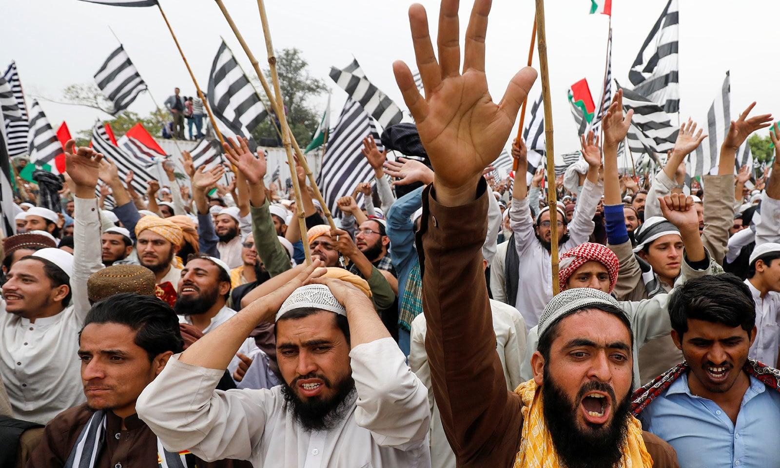 مظاہرین نے حکومت اور  وزیراعظم کے خلاف نعرے بازی کی—فوٹو:رائٹرز