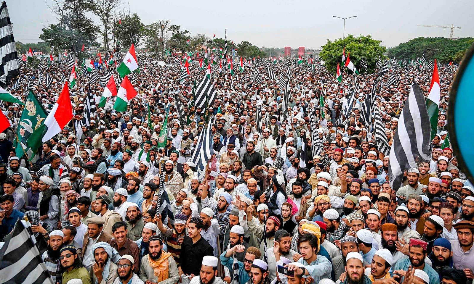 مارچ میں اپوزیشن کی تمام جماعتوں کے کارکن شامل ہیں—فوٹو:اے ایف پی