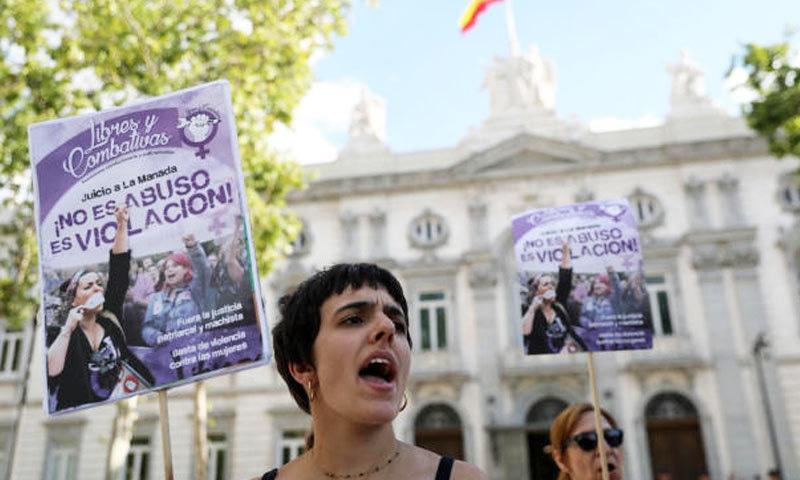متنازع ریپ قوانین پر بھی خواتین احتجاج کرتی دکھائی دیتی ہیں—فوٹو: رائٹرز