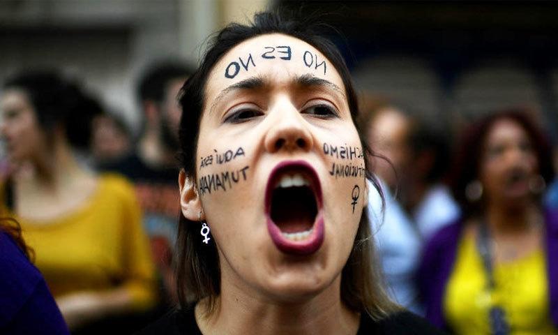 انوکھے فیصلے پر اسپین بھر میں مظاہرے شروع ہوگئے—فوٹو: اے ایف پی