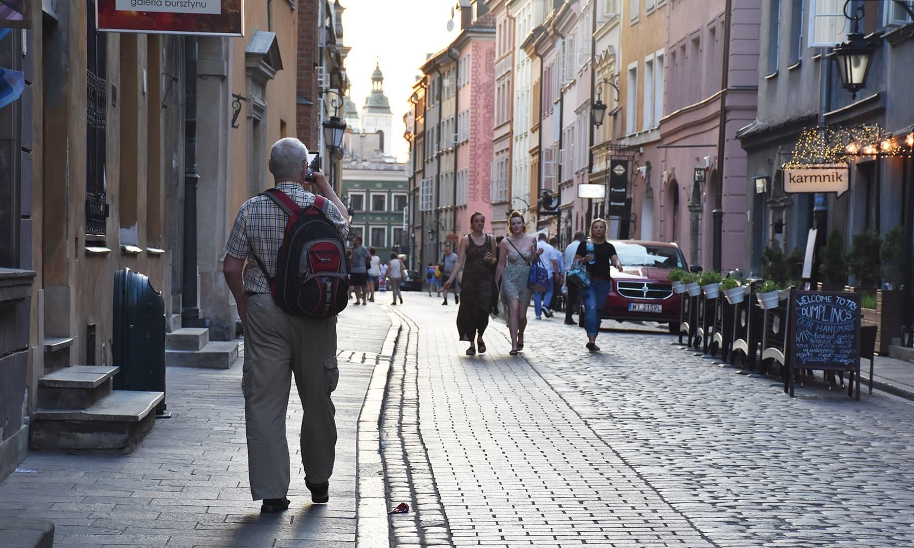 یورپ کے شہروں اور لوگوں کا رنگ گرم موسم میں خوب سامنے آیا