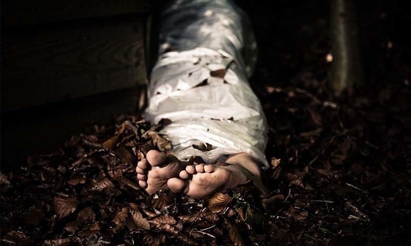 پولیس نے دیگر حکام کی موجودگی 17 دن کی بچی کی لاش برآمد کرلی —فائل فوٹو: شٹر اسٹاک