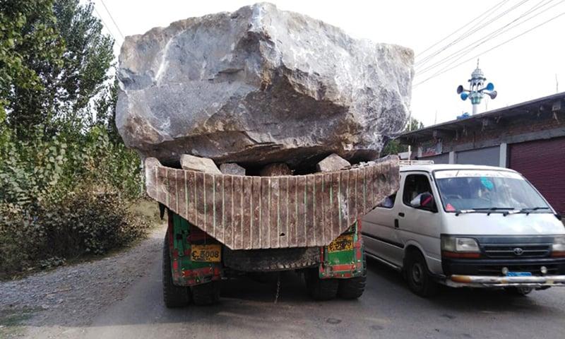 خام ماربل سے لدا ٹرک—نصیب یار چغرزئی