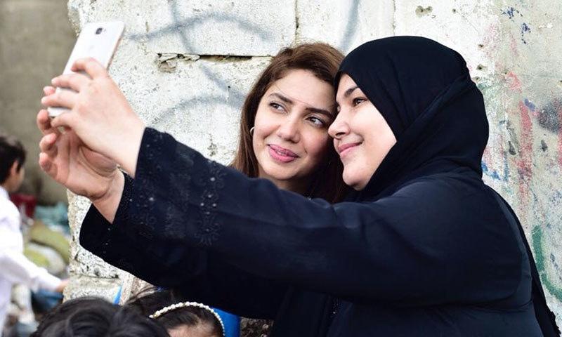 ماہرہ خان کے ساتھ  گزشتہ برس مہاجر کیمپ کے دوران مہاجر خاتون کی یادگار سیلفی—فوٹو: ماہرہ خان انسٹاگرام