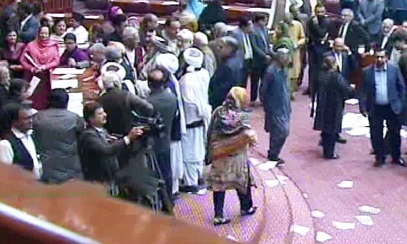 اپوزیشن ارکان نے 'گو نیازی گو' کے نعرے لگائے — فوٹو: ڈان نیوز