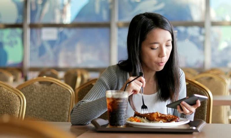 کھانے کے دوران کی جانے والی عام غلطی جو موٹاپے کا باعث بن جائے