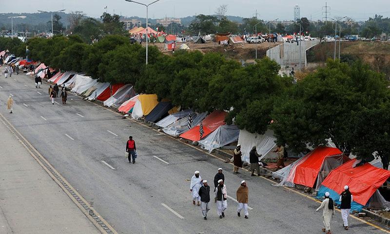 دھرنے میں شامل افراد خیموں میں وقت گزارنے پر مجبور ہیں—فوٹو: رائٹرز
