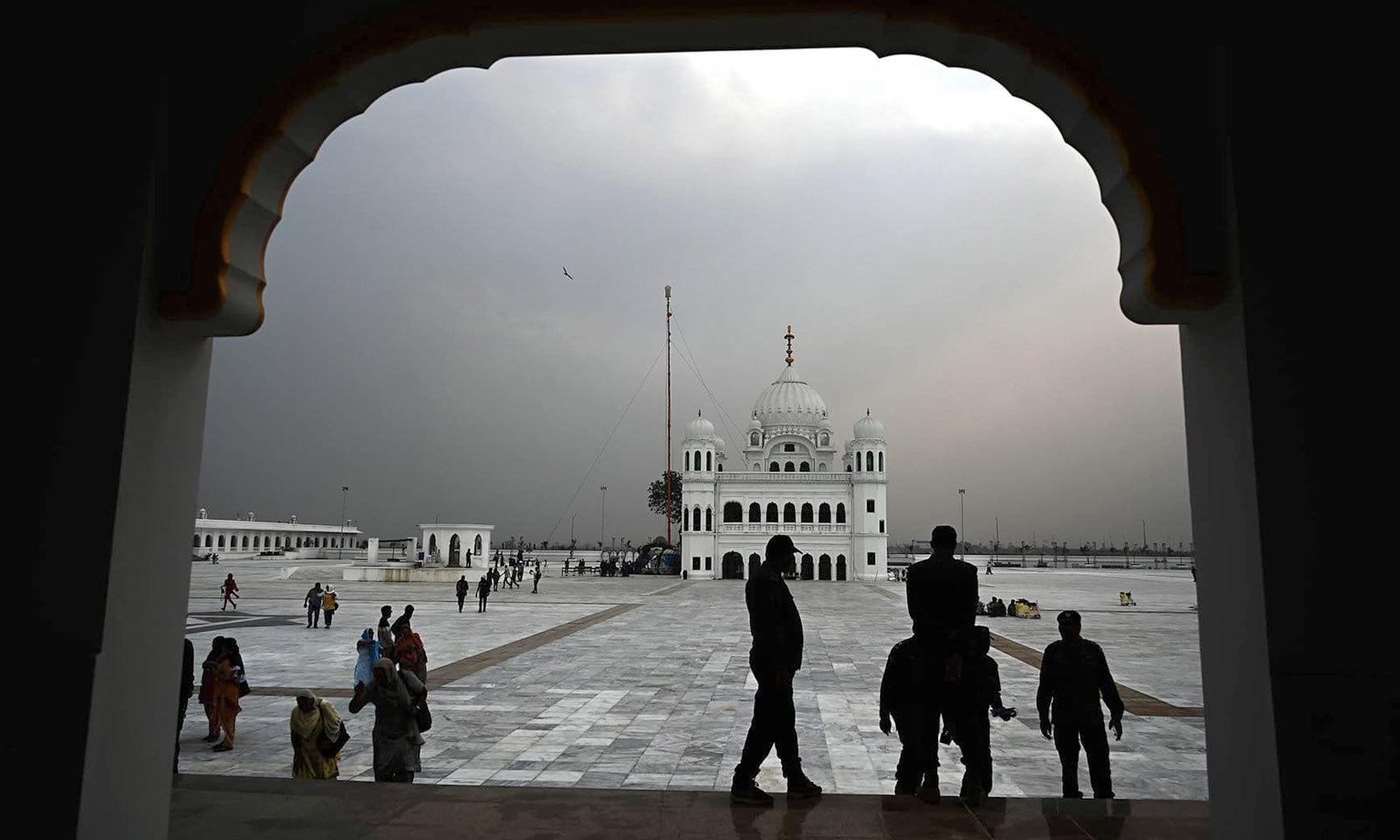 کرتارپور راہداری کے اففتاح سے قبل سیکیورٹی اہلکار اور مزار کے سکھ منتظمین تمام انتظامات کا جائزہ لے رہے ہیں — فوٹو: اے ایف پی