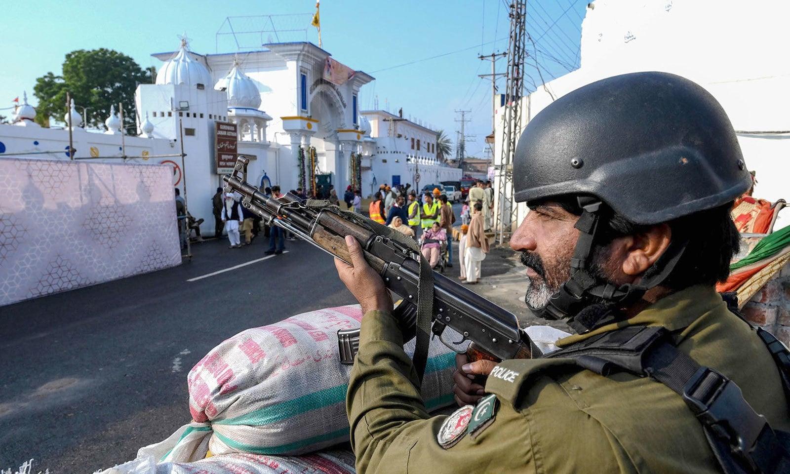 مزار کے باہر پولیس اہلکار الرٹ کھڑا ہے — فوٹو: اے ایف پی
