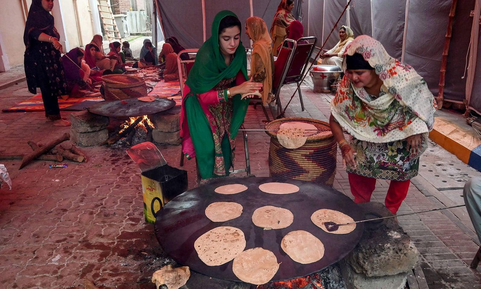 بابا گرونانک کے مزار میں یاتریوں کے لیے کھانا تیار کیا جارہا ہے — فوٹو: اے ایف پی