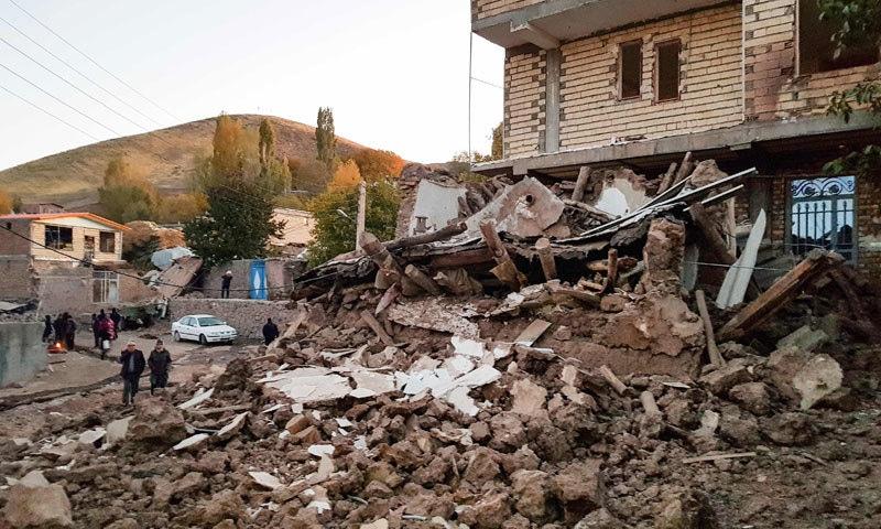 زلزلے سے متاثرہ 41 دیہاتوں میں ریسکیو کا کام شروع کردیا گیا ہے، صوبائی گورنر — فوٹو: اے ایف پی