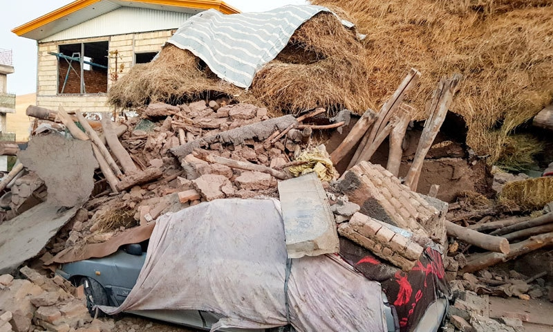 زلزلے کے بعد تقریباً 340 افراد کو ہسپتال منتقل کیا گیا، ایمرجنسی سروسز — فوٹو: اے پی