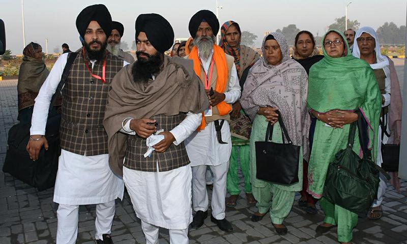 سکھ یاتری راہداری کھلنے پر خوش نظر آئے—فوٹو: نوید صدیقی
