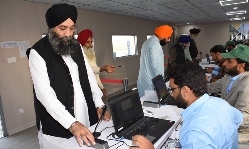 سکھ یاتریوں کی آمد کے موقع پر بائیو میٹرک کی جارہی ہے—فوٹو: اے ایف پی