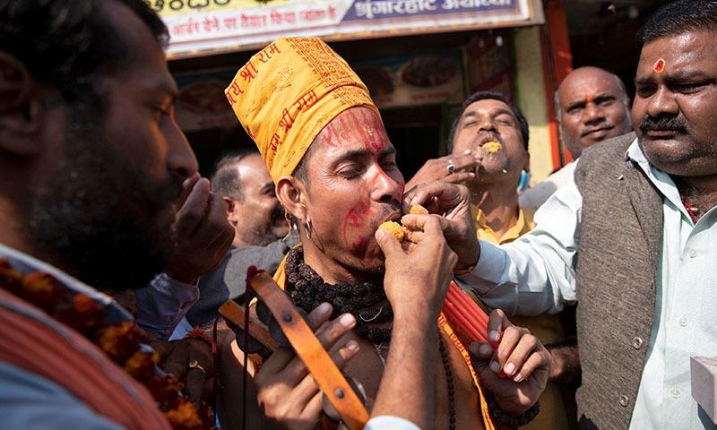 سپریم کورٹ کے فیصلے کے بعد ہندو افراد خوشیاں مناتے ہوئے—تصویر: رائٹرز
