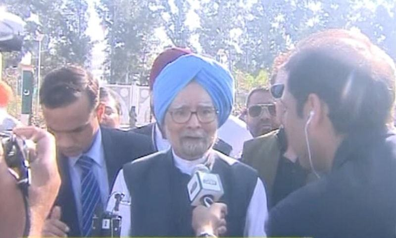 Former Indian PM Manmohan Singh led the first delegation of Sikh pilgrims as they crossed into Pakistan. — DawnNewsTV