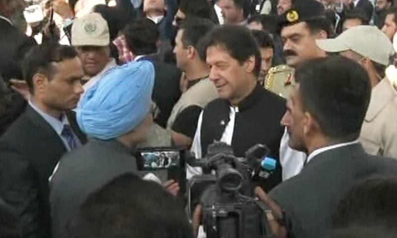 Prime Minister Imran Khan greets former Indian prime minister Manmohan Singh in Kartarpur. — DawnNewsTV
