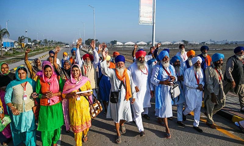 درجنوں سکھ زائرین بھی پیدل تقریب میں پہنچے—فوٹو: اے ایف پی