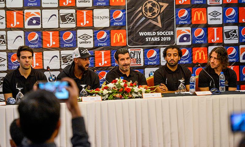 عالمی شہرت یافتہ فٹبالرز کارلوس پایول، لوئس فیگو، نکولس آنیلکا اور کاکا پاکستانی ٹیم کے کپتان صدام حسین کے ہمراہ کراچی میں پریس کانفرنس سے خطاب کر رہے ہیں— فوٹو: اے ایف پی
