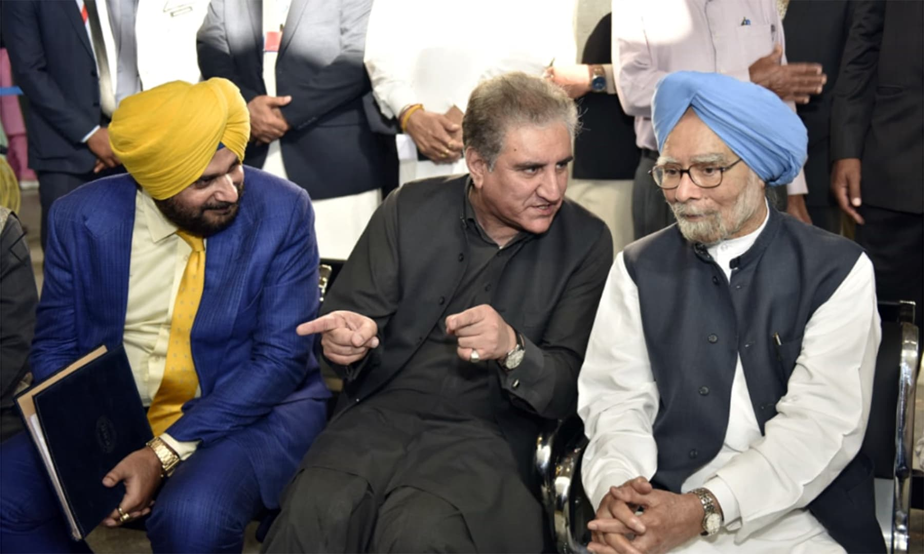 Foreign Minister Shah Mahmood Qureshi speaks with former Indian premier Manmohan Singh and Indian cricketer-turned-politician Navjot Singh Sidhu. — Foreign Office