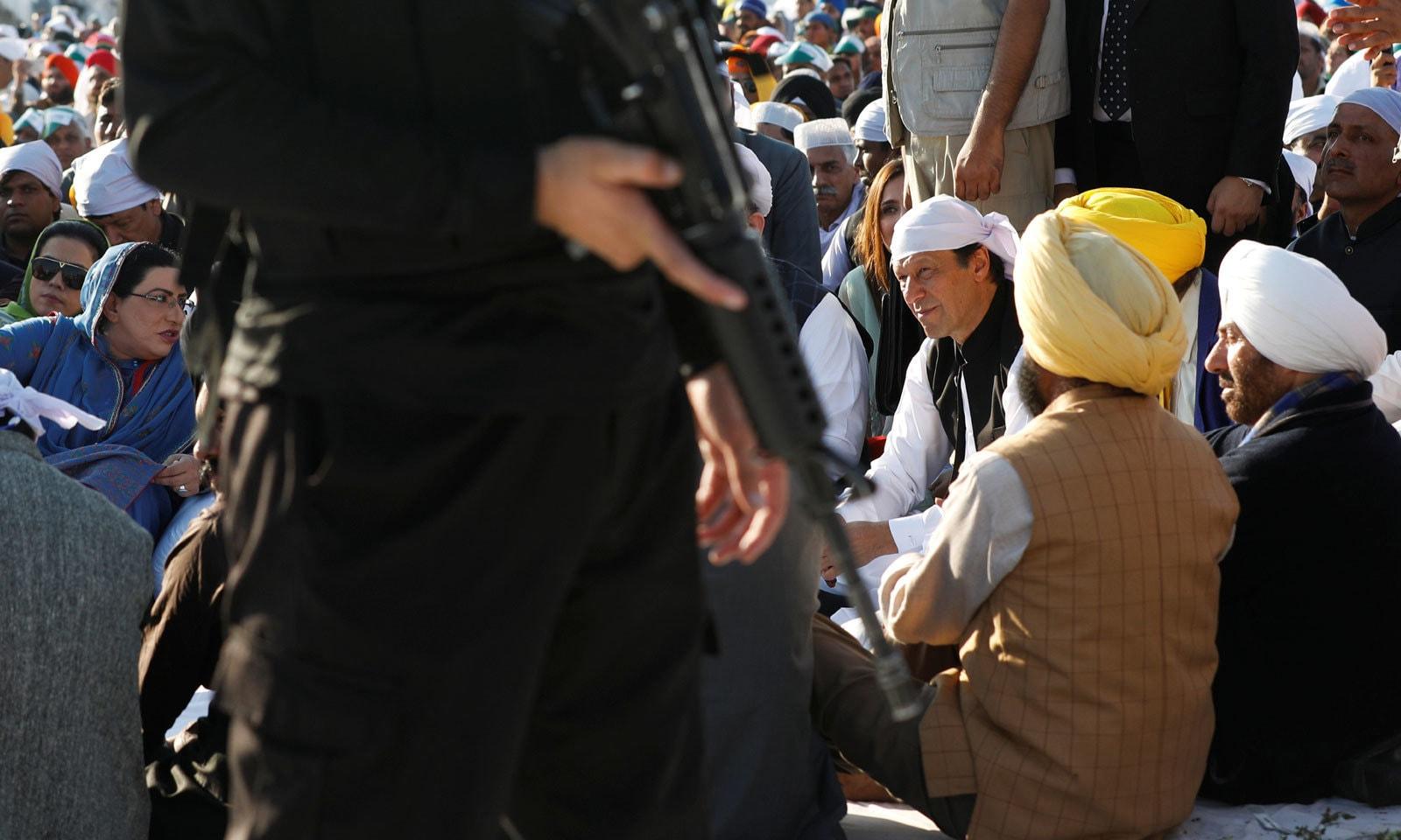 کرتارپور راہداری کی افتاحی تقریب میں سنی دیول وزیر اعظم عمران خان کے ساتھ بیٹھے ہوئے ہیں— فوٹو: رائٹرز