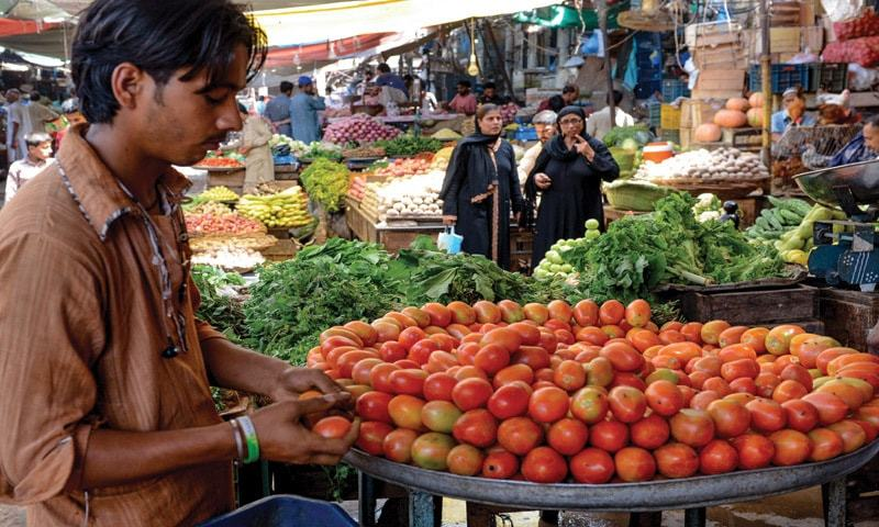 Consumers in Karachi get fresh shock as tomato price jumps to Rs320 per kg