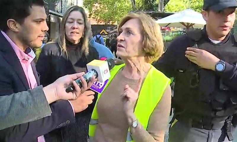 خاتون میئر صحافیوں کی جانب سے سوال کرنے کے بعد فوری طور پر بھاگ گئیں —اسکرین شاٹ