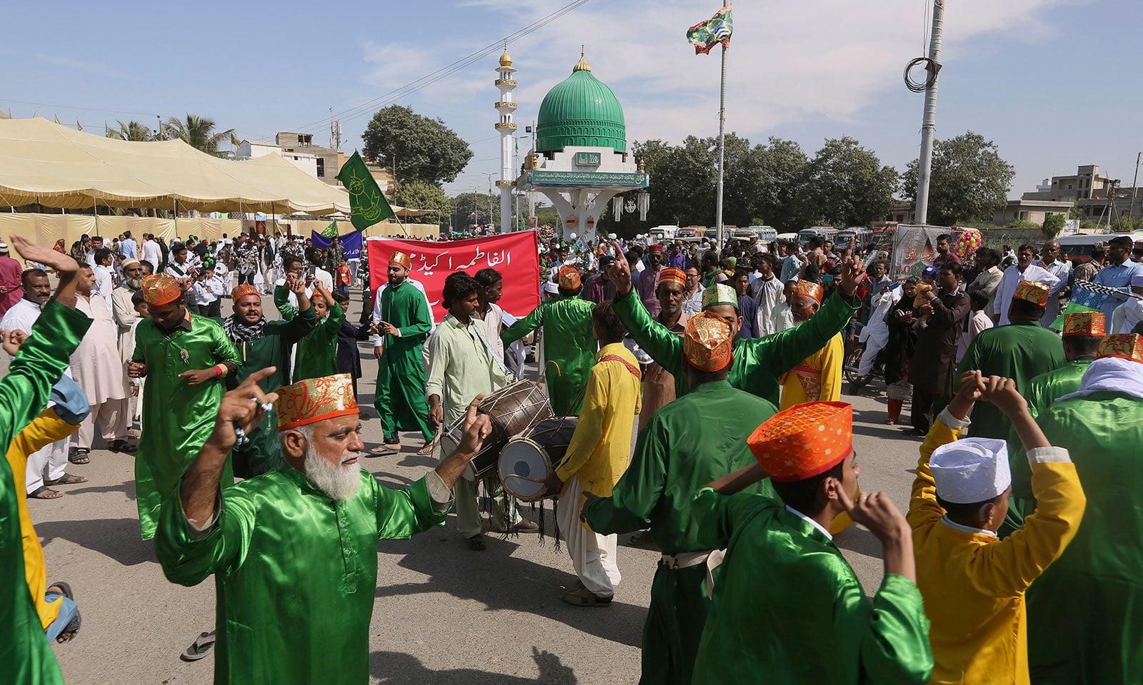 پاکستان کے مختلف شہروں میں لنگر کا انتظام بھی کیا گیا تھا—فوٹو:اے پی