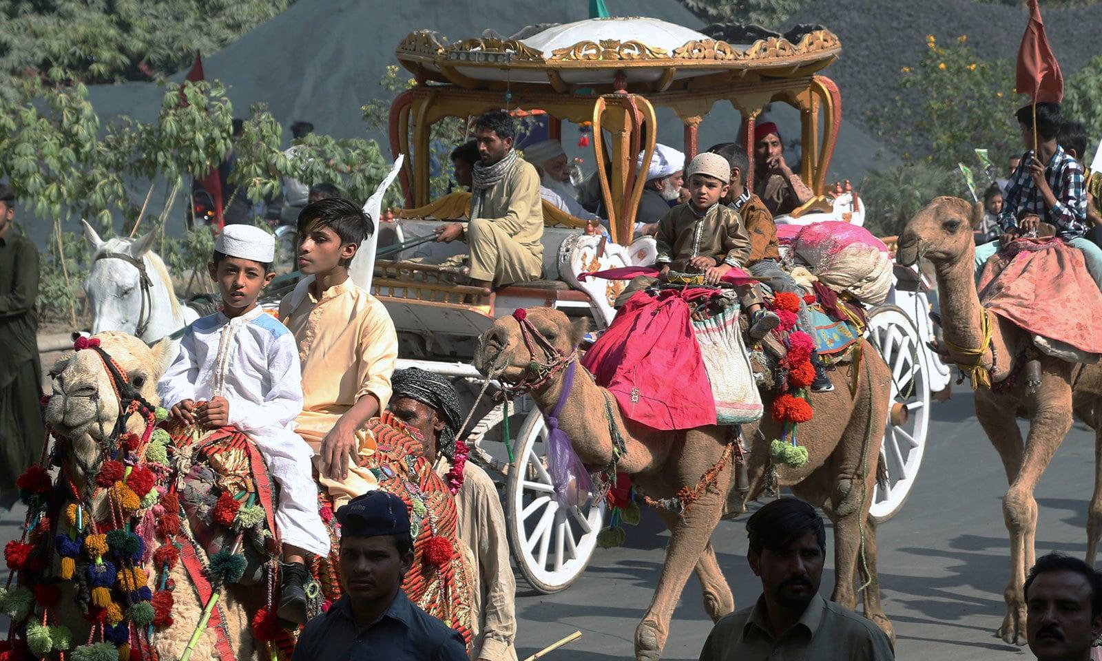 لاہور میں اونٹ سواروں نے بھی جلوس میں شرکت کی—فوٹو:اے پی