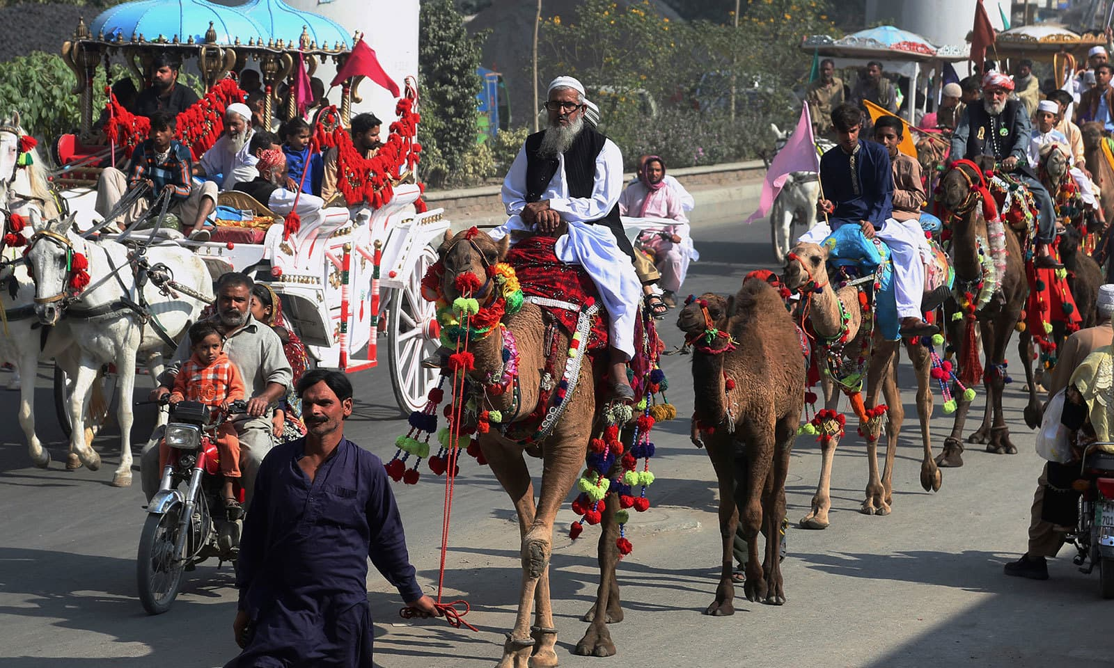 عید میلاد النبی کے موقع پر ملک بھر میں جلوس نکالے گئے—فوٹو:اے پی