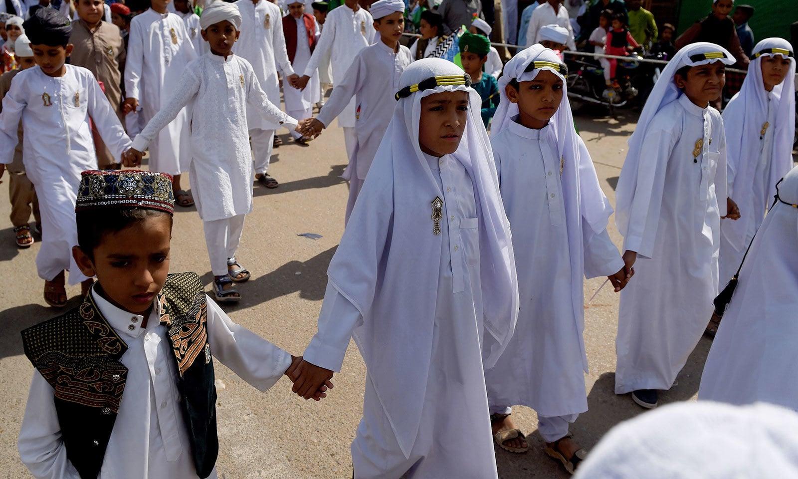 بچوں نے عید میلاد النبیﷺ کے سلسلے میں شہر شہر جلوس نکالے—فوٹو:اے ایف پی