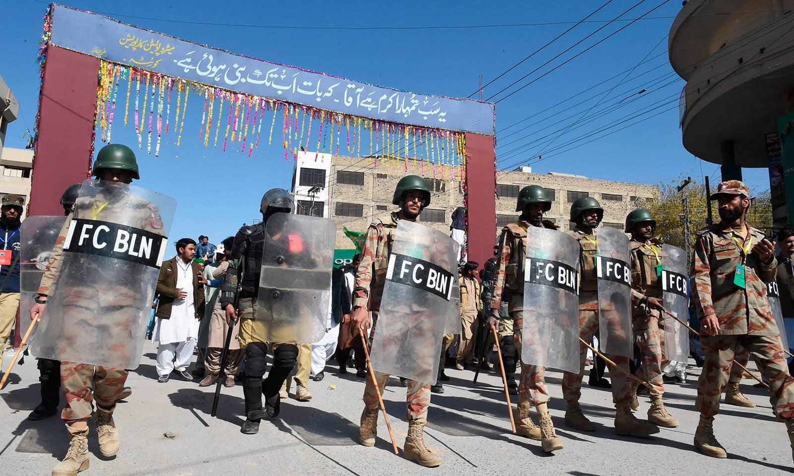 کوئٹہ اور کراچی سمیت ملک بھر میں سیکیورٹی کے سخت اقدامات کیے گئے—فوٹو:اے ایف پی
