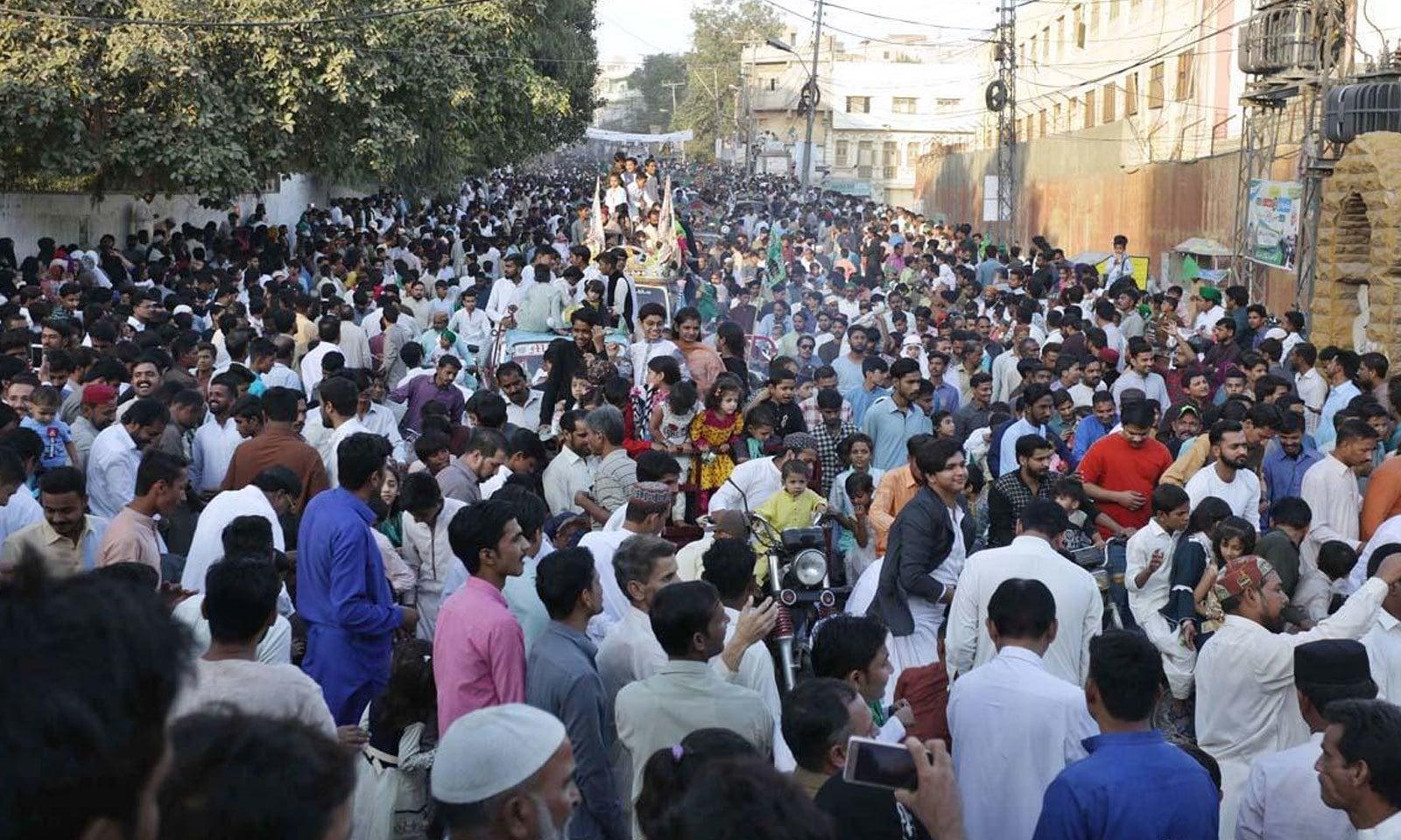 حیدر آباد میں بھی جلوس میں شہریوں کی بڑی تعداد موجود تھی—فوٹو:اے پی پی