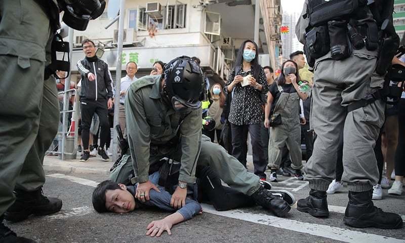 ہانگ کانگ میں پولیس کی احتجاج کرنے والے شخص پر براہ راست فائرنگ