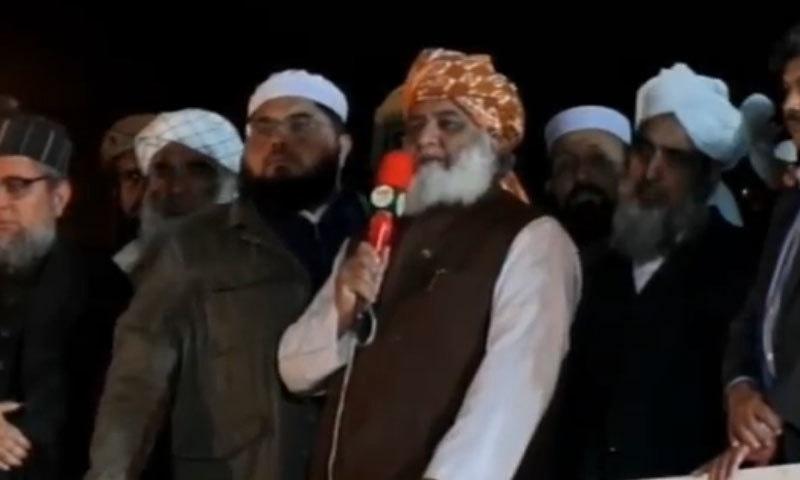 ایسے لوگوں کا ملک پر مسلط ہونا ایک عذاب الہٰی سے کم نہیں ہے، مولانا فضل الرحمٰن — فوٹو: ڈان نیوز