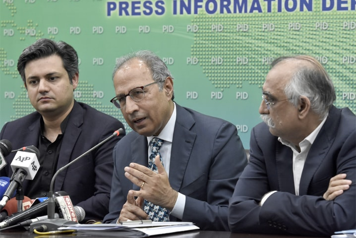 ISLAMABAD: Adviser to the Prime Minister on Finance Dr Hafeez Shaikh, Minister for Economic Affairs Division Hammad Azhar and FBR chairman Shabbar Zaidi pictured during  a press conference on Monday.—Tanveer Shahzad / White Star