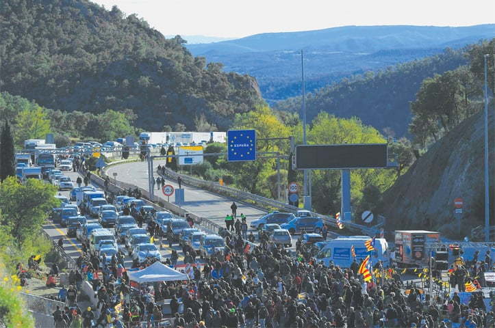 LA JONQUERA (Spain): Protesters block a highway at the Spanish-French border on Monday during a demonstration called by Tsunami Democratic, a platform for civil disobedience actions.—AFP
