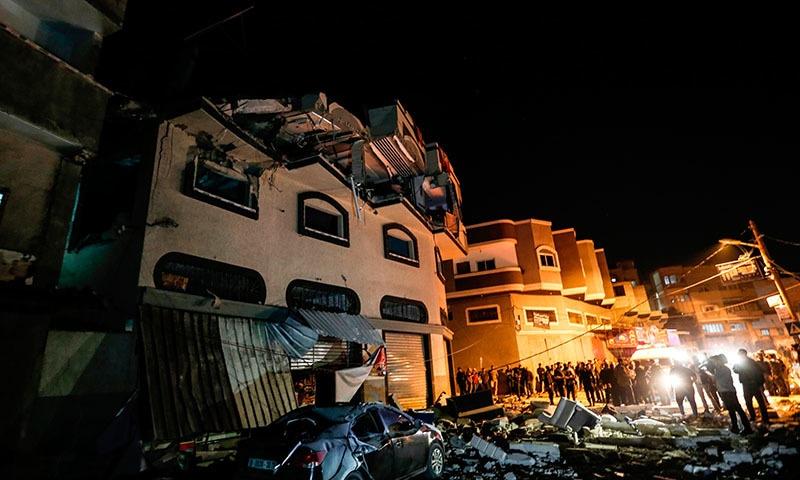 اسرائیلی حملے میں عمارت کا ایک حصہ تباہ ہوگیا — فوٹو: اے ایف پی