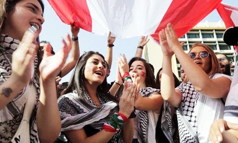 مظاہروں میں یونیورسٹی کی طالبات بھی شامل ہو رہی ہیں—فوٹو: اے ایف پی