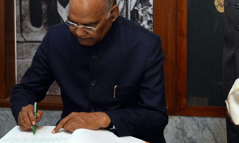 بھارتی جماعت شیو سینا کا کہنا تھا کہ وہ صدارتی احکامات کے خلاف سپریم کورٹ سے رجوع کریں گے۔ — فوٹو بشکریہ اے این آئی
