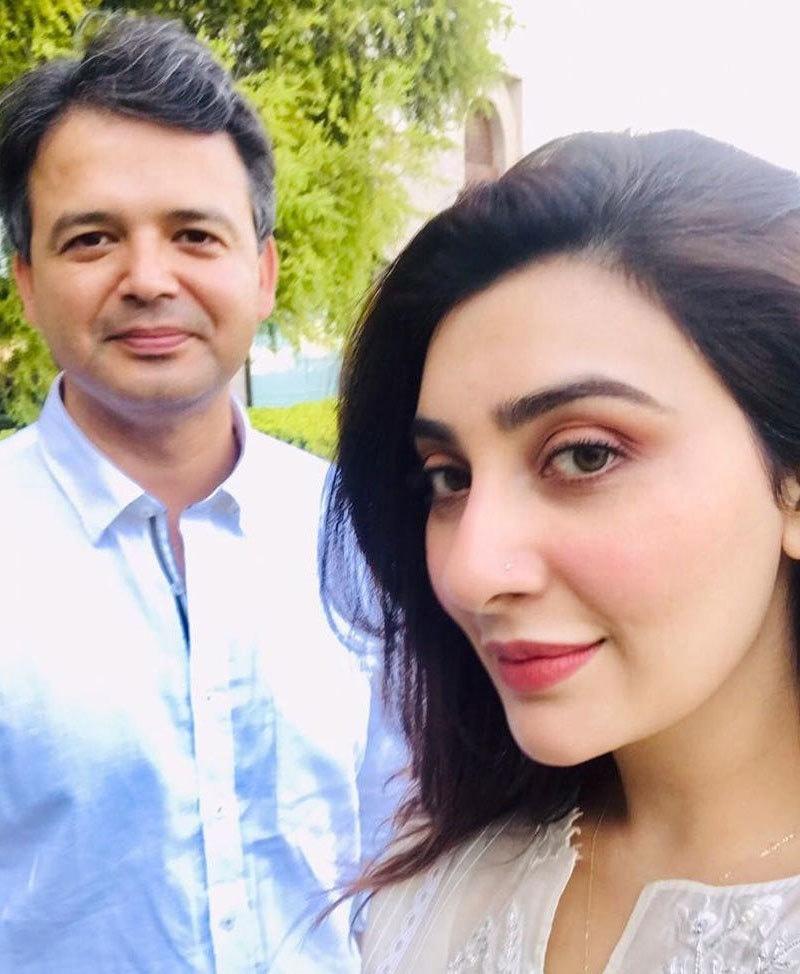 عائشہ ملک شوہر کے ساتھ تصاویر شیئر کرتی رہتی ہیں—فوٹو: انسٹاگرام