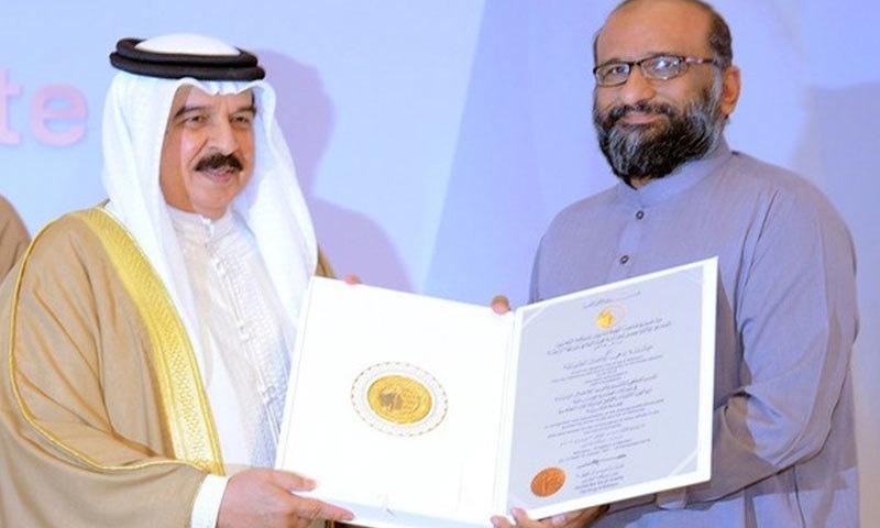 فیصل ایدھی کو سرٹیفکیٹ اور میڈل فراہم کیے گئے—فوٹو: ٹوئٹر