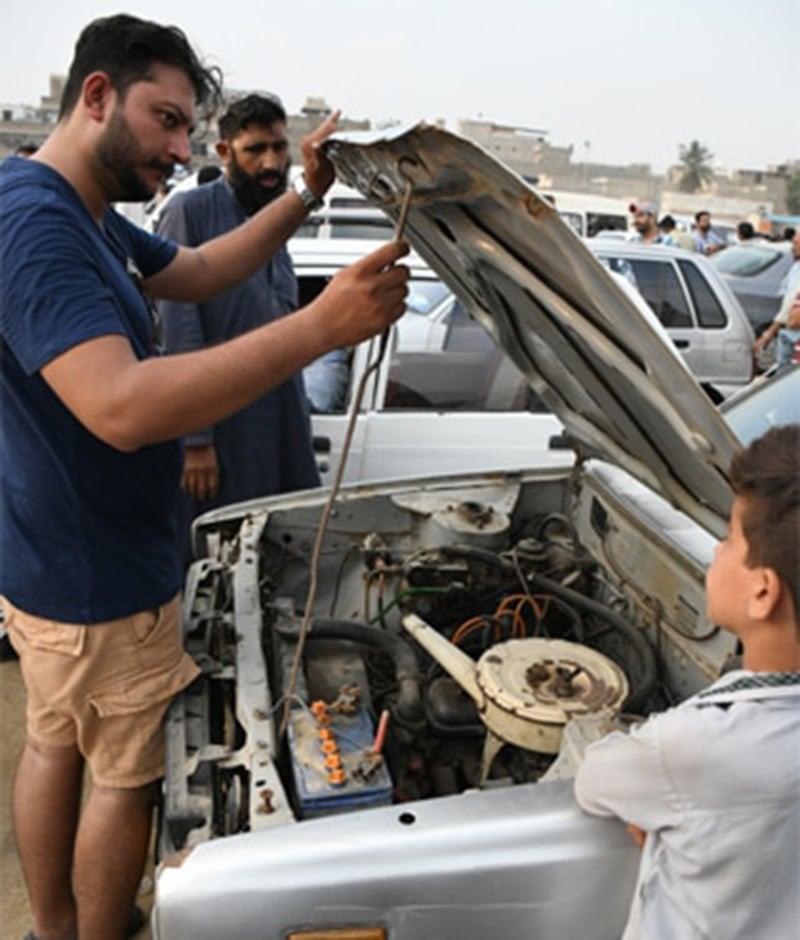 کئی خریدار استعمال شدہ گاڑیاں خریدنے سے پہلے ایجنٹوں سے مشورہ ضروری سمجھتے ہیں۔