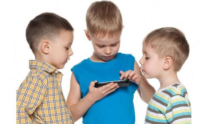 اسکرین پر ہر وقت رہنا بچوں کے لیے خطرناک ثابت ہو سکتا ہے، ماہرین—فوٹو: کڈز اسکرین