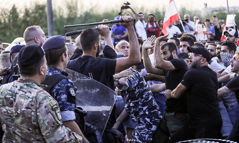 لبنان  میں جاری احتجاج کے دوران تاحال دو ہلاکتیں ہوئی ہیں—فوٹو:اے ایف پی